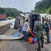 รถบรรทุกแหกโค้งบนเนินพิศวง คนขับรอดตายหวุดหวิด เชื่อยันต์กลางหลังช่วยไว้