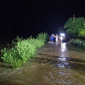 น้ำลำเชียงไกรตอนบนไหลทะลักซัดพ่อแม่ลูกลอยติดเกาะ ฮุก 31 เข้าช่วยเหลือ
