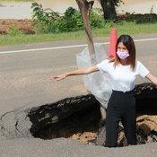 ถนนทรุดเป็นหลุมยักษ์สุดอันตราย ผ่านมานานยังไม่ซ่อม ชาวบ้านลงหลุมเซลฟี่ประชด