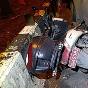 สาวขับเก๋งชนด่านบังคับรถเข้าด่านตรวจโควิดรถตำรวจพังยับจราจรเจ็บ1นาย