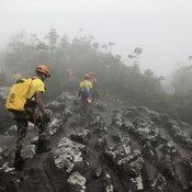 อย่ามักง่าย กู้ภัยอุทยานโรยตัวเก็บขยะภูหินร่องกล้า พบพลาสติกอื้อ