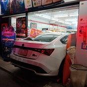 รถชนร้านเซเว่น ถนนเทียมร่วมมิตร