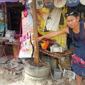 สุพรรณบุรี ช่างทำบ้านขับกระบะไปฟอกไตวูบชนปั๊มน้ำมันหยอดเหรียญหวิดบึ้ม
