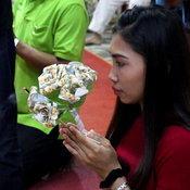 วัดราชบุรีทำเก๋ ลอตเตอรี่เก่าแปลงโฉม เป็นดอกไม้บูชาพระ-ลูกนิมิตยักษ์