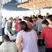 1-ราชบุรี นักแสวงโชคทั่วสารทิศแห่ขอหวยไอ้ไข่ราชบุรีหลังให้หวยถูกติดต่อกันหลายงวด