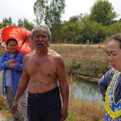Fwd ยาย 65 ปีเก็บผักบุ้งในคลองถูกไฟช็อตหลานเข้าช่วยถูกดูดด้วย