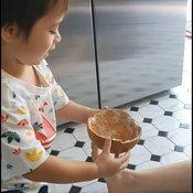 ชมพู่ อารยา ขูดมะพร้าวทำขนมเมนูใหม่ลูกชายอย่างน้องสายฟ้าเรียกมะพร้าวผิด