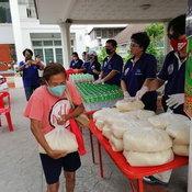 ตั๊ก ศิริพร เปิดบ้านแจกข้าวสารอาหารแห้งให้กับคนที่ลำบาก เข้มงวดมาก