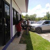 สาวนครพนมขับกระบะป้ายแดงสอบใบขับขี่ พุ่งชนสำนักงานขนส่งกำแพงทะลุ