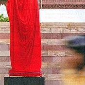 อนุสาวรีย์ของ ฮุนเซนโดยมีผ้าแดงคลุมอยุ่