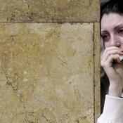 หญิงสาวร่ำไห้ ขณะไว้ทุกข์ ให้กับเหยื่อระเบิดรถไฟใต้ดิน ในกรุงมอสโค