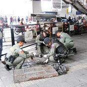 อาวุธสงคราม ซุกอยู่ในท่อระบายน้ำหน้าพารากอน