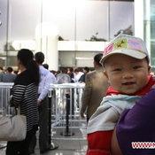 ภาพการต่อคิวซื้อไอแพด2 ที่จีน