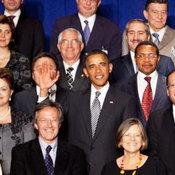 9. ประธานาธิบดีบารัก โอบามา โบกมือให้ช่างภาพขณะถ่ายภาพหมู่การประชุมของสหประชาชาติ แต่มือไปบังหน้าผู้นำมองโกเลียจนมิด