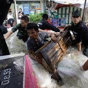 ทหารซ่อมคันกั้นน้ำ กรุงเทพฯ