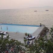 คืบหน้าสระว่ายน้ำโผล่ในทะเลพบก่อสร้างนานกว่า10 ปีแล้ว