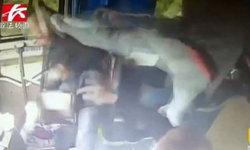 ระทึก ลุงจีนนั่งรถเลยป้ายพุ่งแย่งพวงมาลัยคนขับ ชายสุดทนโดดถีบเต็มแรง