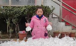 ปีหน้าก็ทำอีก เด็กหญิงจีน 9 ขวบ ใช้เงินอั่งเปาซื้อบัวลอยแจกคนกวาดถนน