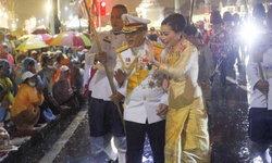 ปีติ! ในหลวง-ราชินี ทรงพระดำเนินเยี่ยมราษฎรที่มาเฝ้าฯ รับเสด็จ กลางสายฝน (ภาพชุด)