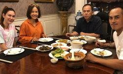 """""""สงกรานต์"""" ควงหวานใจ """"แมท ภีรนีย์"""" ร่วมโต๊ะทานข้าวกับพ่อแม่ บรรยากาศสุดอบอุ่น"""