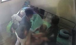 ลูกหลานช็อก หญิงชราป่วยอัมพาต ถูกคนดูแลเอาไม้ถูพื้นเช็ดหน้า