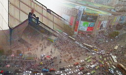 วุ่นระทึก! ชายจีนคิดกระโดดตึก คนนับพันแห่มุงดูทำรถติดหนัก