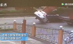 ระทึก! เก๋งถูกฝาปิดท้ายรถบรรทุกเกี่ยวยกพลิกคว่ำกลางถนน