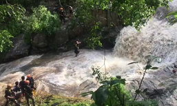นาทีชีวิตหนุ่มฝรั่งใจกล้าโดดน้ำตกช่วยหลังเห็นคนไทยจมน้ำ แต่สุดยื้อชีวิตได้