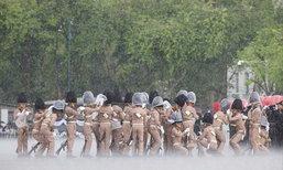 แชร์ภาพสุดประทับใจ กองทหารเกียรติยศฝึกซ้อมกลางสายฝน