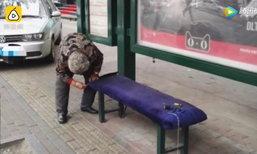 ไม่ต้องขอบคุณ...คุณยายจีนจิตอาสา เย็บเบาะนั่งรอรถเมล์รับอากาศหนาว