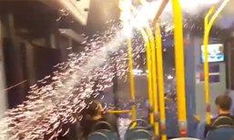 โจ๋อังกฤษงี่เง่า จุดพลุไฟให้พุ่งเข้ารถบัส ผู้คนตกใจกระเจิง