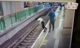 ช็อค! หญิงฮ่องกงถูกผลักกระเด็นตกรางรถไฟใต้ดิน