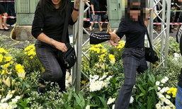 วิจารณ์ยับ! สาวฝ่าฝืนข้อห้าม ลุยเข้าไปยืนถ่ายรูปในซุ้มดอกไม้