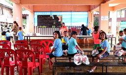 นักเรียนนครสววรค์ ยอมเรียนในน้ำ หลังน้ำท่วมทำเปิดเทอมช้า