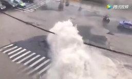 เหตุไม่คาดฝัน ท่อน้ำระเบิดกลางถนนในเซี่ยงไฮ้ พุ่งสูงกว่า 5 เมตร