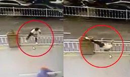 เล่นท่ายาก สาวจีนปีนข้ามรั้ว เสียหลักพลิกหัวติดช่อง