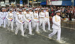 ทหารตบเท้าลุยน้ำเมืองพัทยา เดินพาเหรดทางบกสุดอลังการ