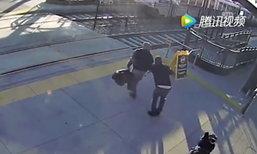 ชายตาบอดไม่รู้รถไฟกำลังวิ่งมา เคราะห์ดีได้หนุ่มดึงตัวไว้ทัน