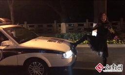 สาวจีนสุดก๋ากั่น ยืนด่ากราดตำรวจ เหยียดเท้ายัดรถตราโล่ไว้