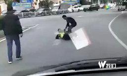 สองชายจีนขับรถผิดกฎ กลับเดือดดาลรุมทำร้ายตำรวจกลางถนน