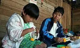 แม่พาลูกสาว 8 ขวบ ไร้มือเท้า เที่ยววันเด็กเสร็จรีบกลับบ้าน ช่วยกันร้อยมาลัยขาย