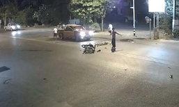 เปิดคลิปจยย.ชนกันกลางถนน กระบะเหยียบซ้ำติดใต้ท้องรถ ก่อนขับหนี