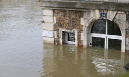 ชาวเมืองปารีสหอบของหนีแม่น้ำแซน หลังเอ่อสูงเฉียด 6 เมตร