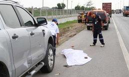 หนุ่มใหญ่แวะจอดปัสสาวะข้างทาง โดนรถพ่วง 18 ล้อชนไม่ได้ไปต่อ