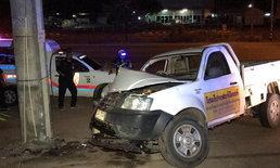 กู้ภัยนึกว่าผีหลอก กระบะชนอัดเสาไฟ คนขับทิ้งรถเผ่นหนี