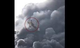 ชายติดบนทาวเวอร์เครนตอนเกิดไฟไหม้ แต่ใจนิ่งควักมือถือถ่ายคลิป