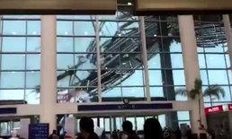 นาทีสุดสะพรึง ฝนตกลมแรงกระชากหลังคาสนามบินจีนปลิวละลิ่ว