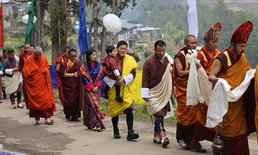 ราชวงศ์ภูฏานเผยภาพ กษัตริย์จิกมีและเจ้าชายพระองค์น้อย เสด็จทำบุญไหว้พระ