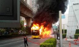 ระทึกกลางกรุง ไฟลุกท่วมรถเมล์สาย ปอ.40 หน้าเกตเวย์เอกมัย
