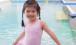 """นางเงือกน้อย """"น้องบีลีฟ"""" ลูกสาวตั๊ก บริบูรณ์ โชว์สเต็ปแหวกว่ายในสระน้ำ"""